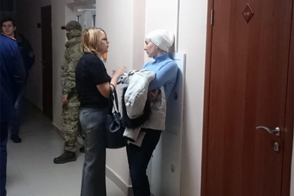 Ольга Гилева (в голубом) и ее адвокат