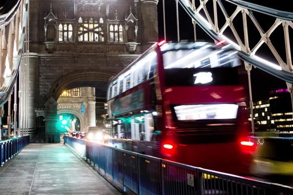 В Лондоне двухэтажный автобус протаранил остановку