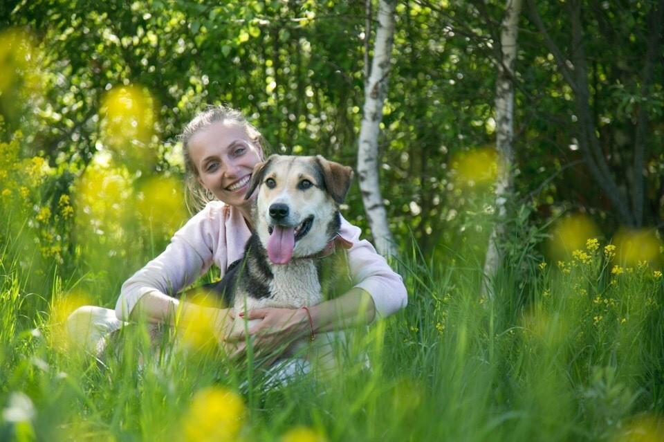 Анна Белоусова с собакой по имени Рада, которая ищет своего хозяина