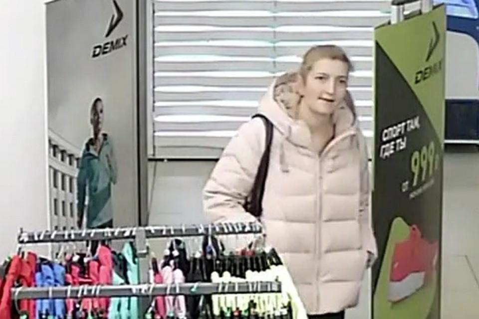 d9552ced7b1 Кража куртки из магазина в Кирове попала на запись видеокамер
