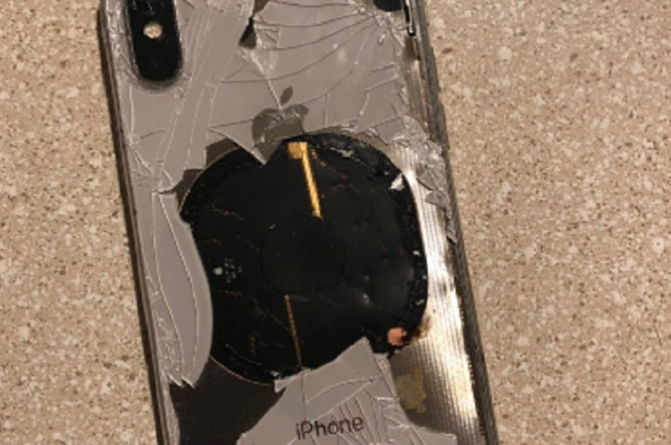 Телефон взорвался на зарядке. ФОТО: https://twitter.com/rocky_mohamad/status/1062554244241190913