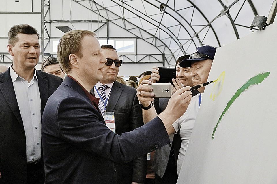 Вот что значит творческий губернатор. Виктор Томенко еще и рисовать умеет.