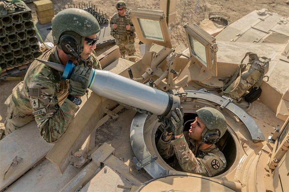 """Загрузка боеприпасов в танк """"Абрамс"""" во время военных учений в штате Техас, США."""