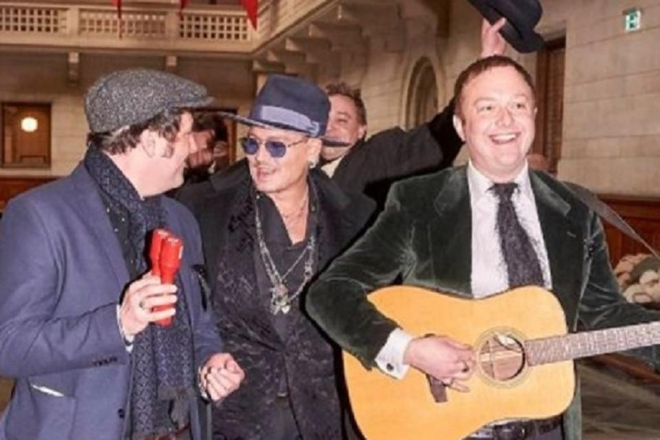 Джонни Депп побывал на свадьбе у друга. ФОТО: https://twitter.com/Qsoneko_/status/1067173872791838721