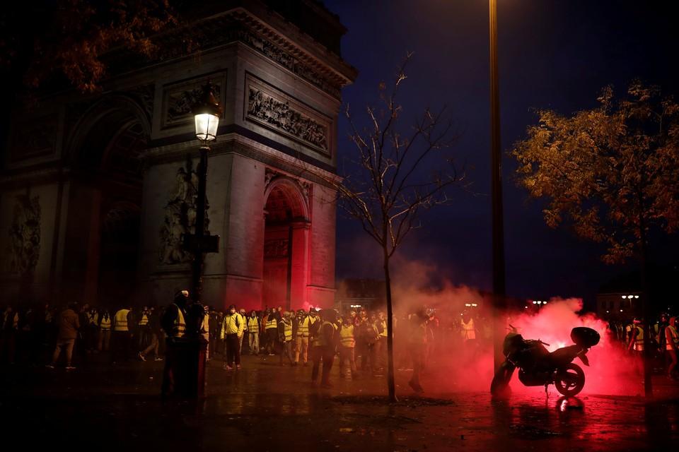Демонстранты повредили Триумфальную арку в Париже