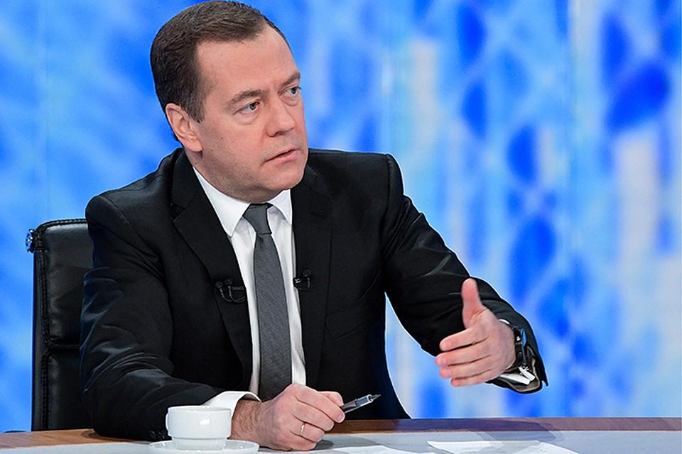 Медведев анонсировал сокращения федеральных чиновников в регионах