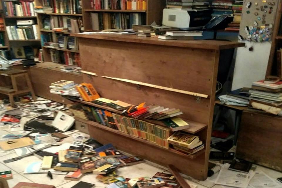 Пострадали книги и полки. vk.com/frngt