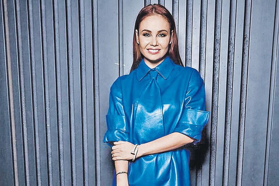 Платье-рубашка оверсайз актуально и отлично сидит на Ляйсан Утяшевой. Фото: instagram.com/liasanutiasheva