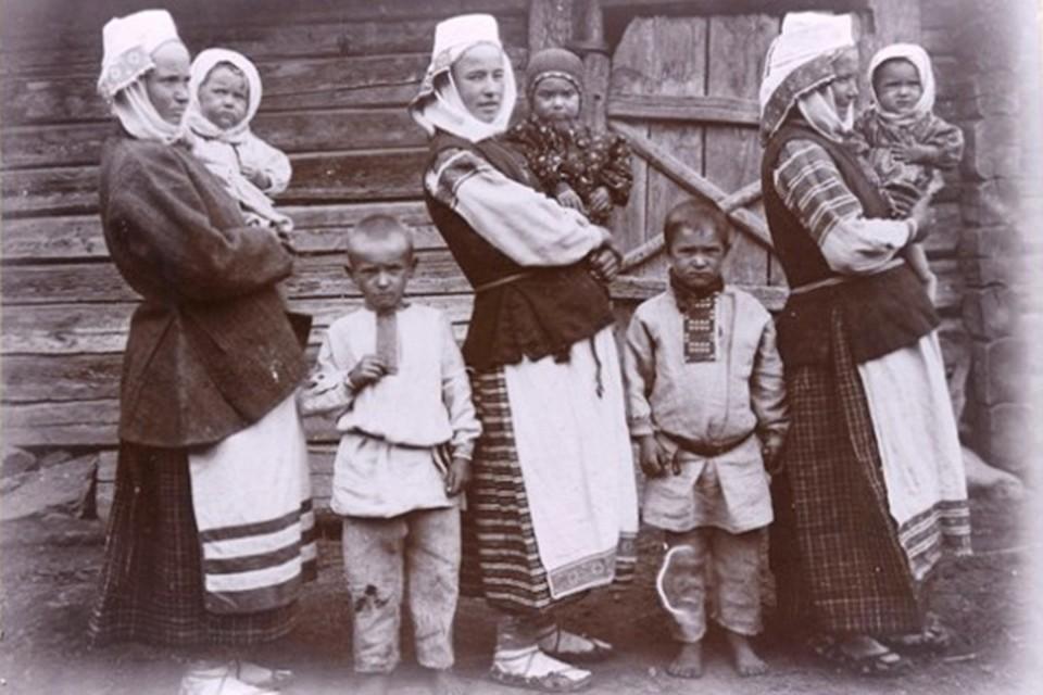 Этот хрестоматийный снимок крестьянок с детьми, сделанный Исааком Сербовым в Бобруйском уезде в 1910-х, хорошо показывает, что дети считались у наших предков главным богатством.