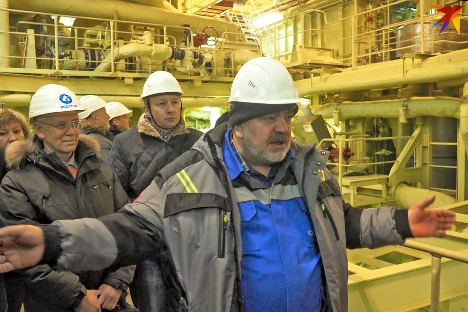 Александр Ковалев любезно провел экскурсию для общественников и представителей СМИ по внутренним помещениям «Академика Ломоносова».