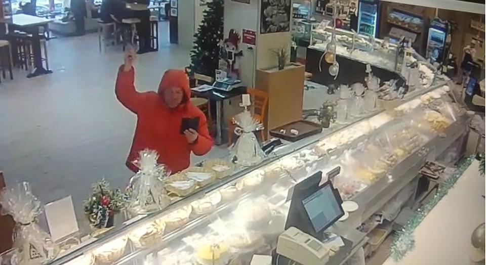 945a1ebf70dc Бил витрины молотком  погром, который устроил волгоградец в кафе, попал на  видео