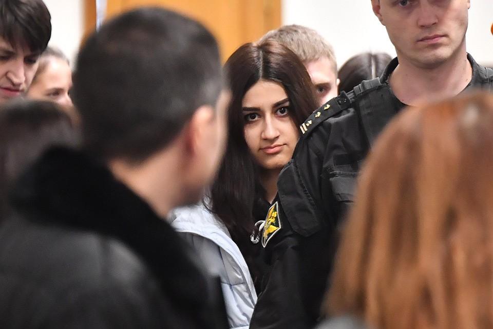 Крестина Хачатурян, обвиняемая в соучастии в жестоком убийстве своего отца, во время рассмотрения ходатайства следствия о продлении домашнего ареста в Басманном суде.