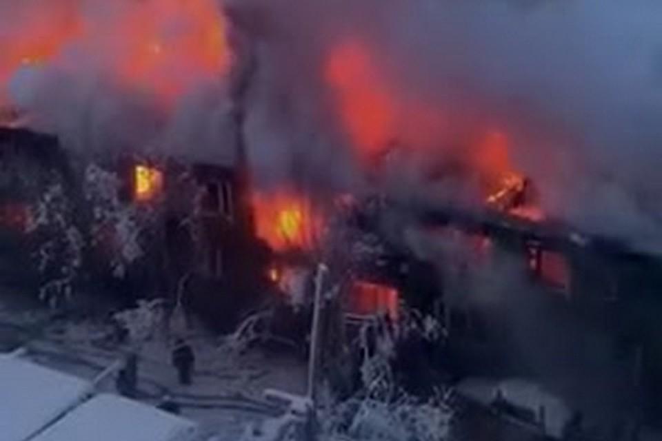В Якутске огнем уничтожен двухэтажный многоквартирный дом