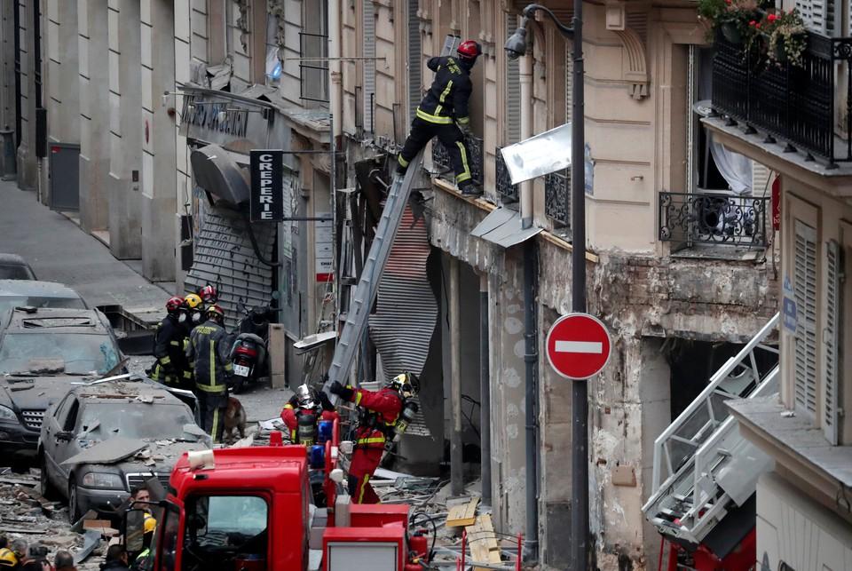 Парижские пожарные будут дежурить у здания после взрыва