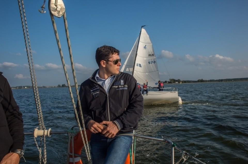 Алиханов на яхте в Калининградском заливе. Он знает, что ему нужно сберечь, и не хочет превращать родные красоты в Челябинск.