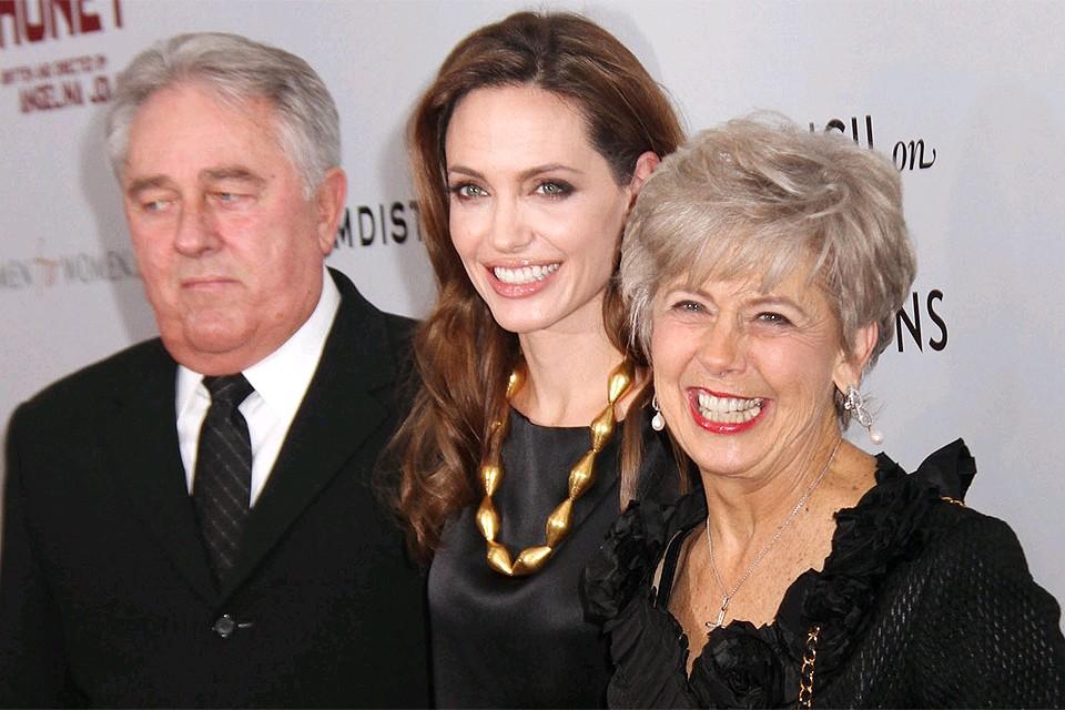 Анджелина Джоли с родителями своего мужа Брэда Питта в 2011 году.