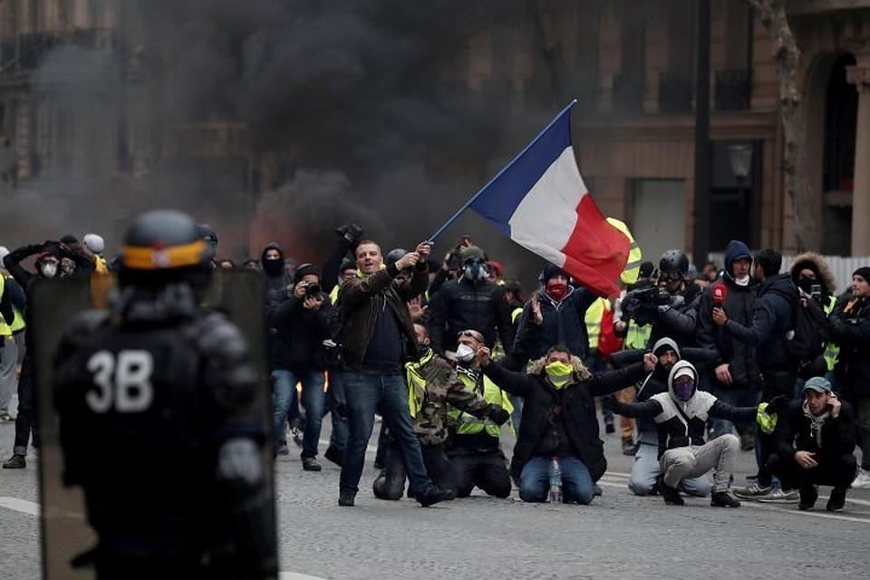 """В Париже полицейские применили водометы против митингующих """"желтых жилетов"""""""