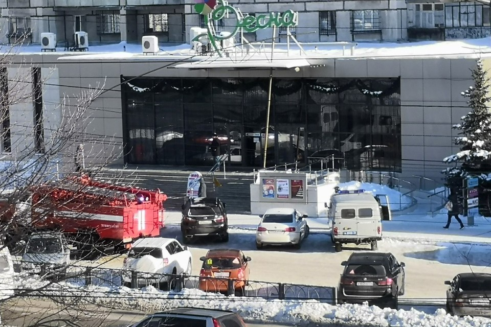Силовики оцепили ТЦ «Весна». Фото: группа «Черное&Белое Магнитогорск»/vk.com
