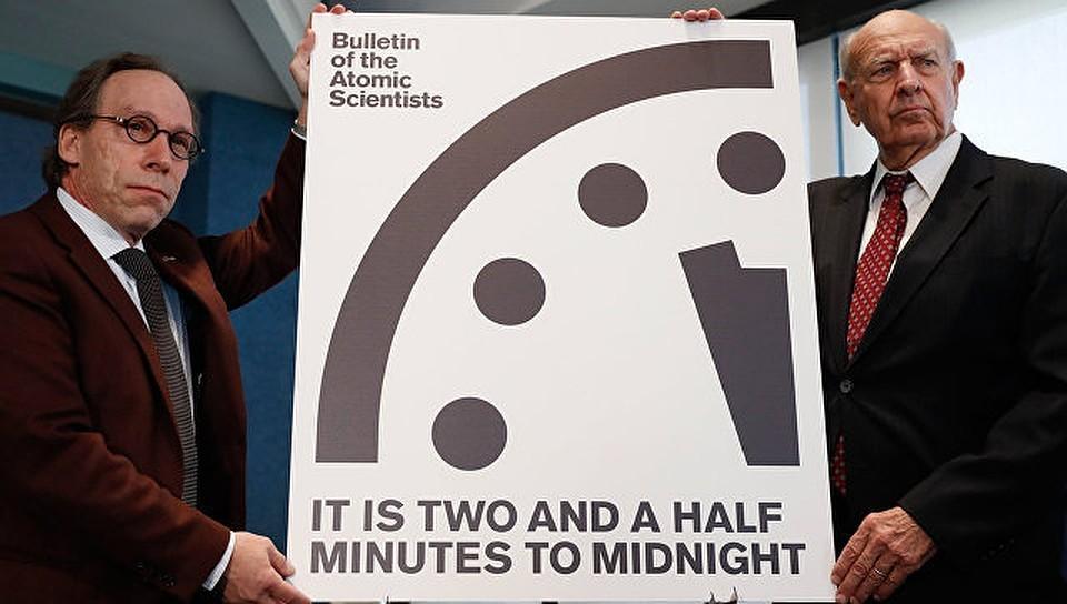 Стрелки символических часов Судного дня застыли в двух минутах от полуночи