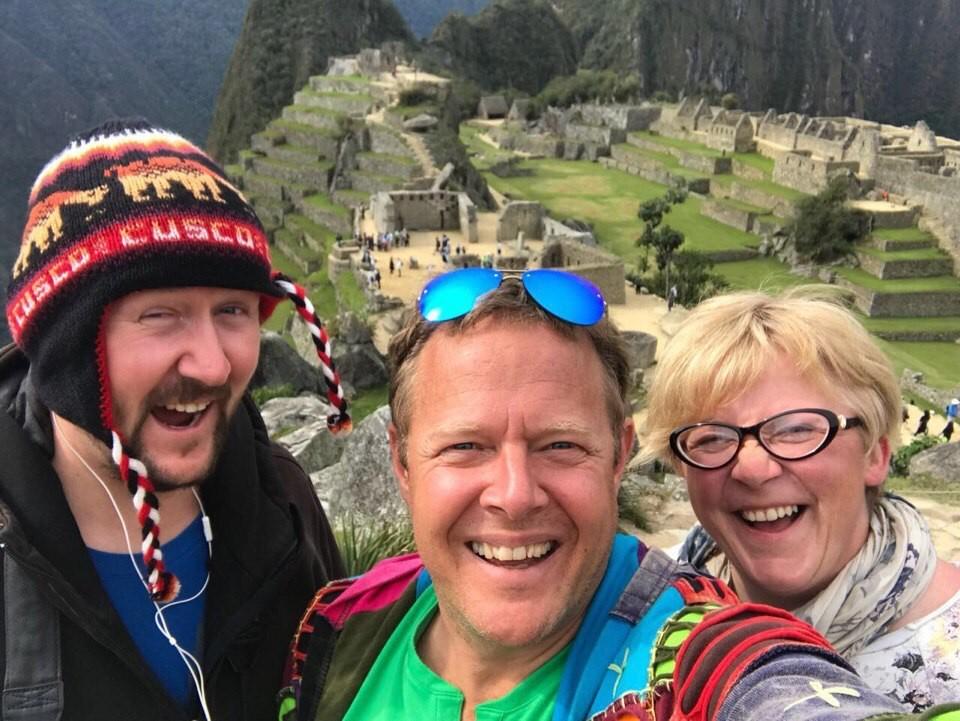Алла Пуговкина с ведущим программы Джоном Уорреном и оператором Сергеем Ашихминым в Перу.