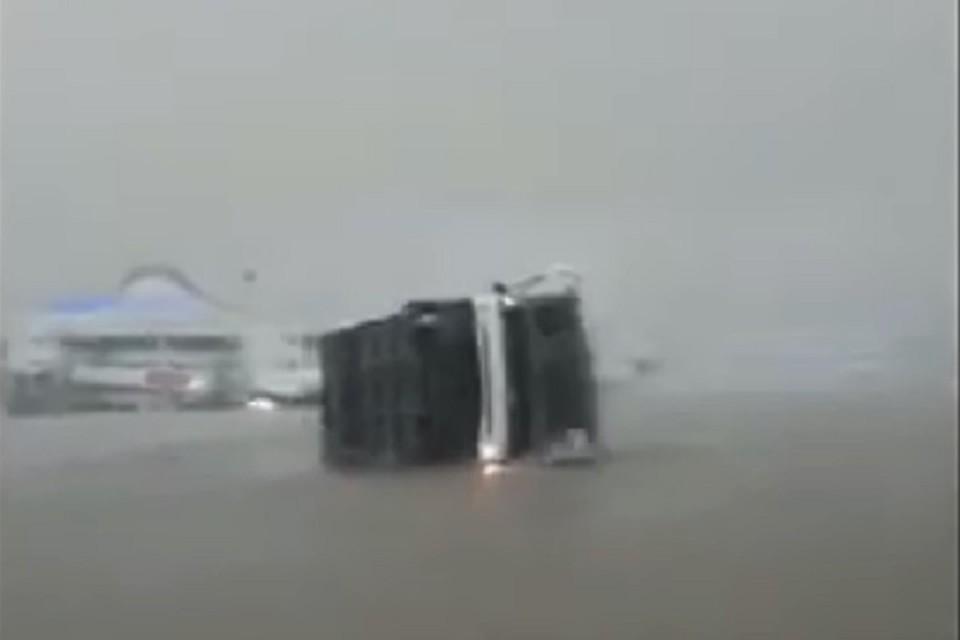 Ураганный ветер перевернул два автобуса и один микроавтобус, которые подвозили пассажиров к самолетам