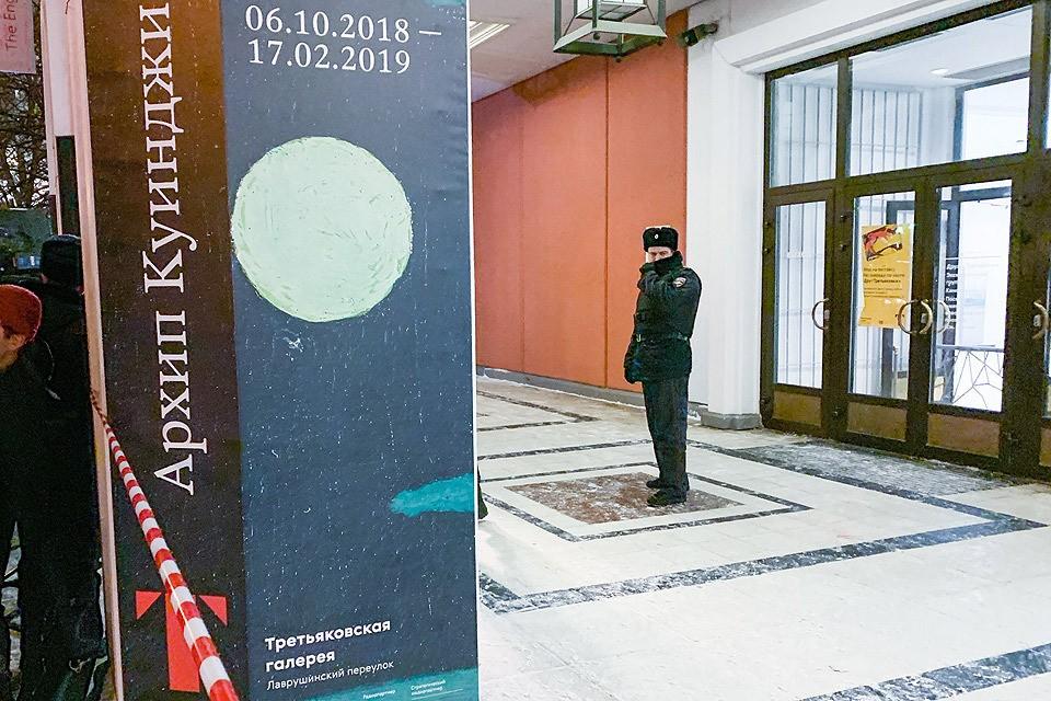 Вечер 27 января 2019 года, сотрудник полиции у входа в закрытое из-за кражи здание Третьяковской галереи. Фото АГН Москва