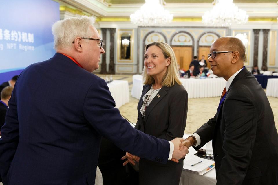 Замминистра иностранных дел России Сергей Рябков (слева) приветствует заместителя госсекретаря США Андреа Томпсона и постоянного представителя США на Конференции по разоружению Роберта Вуда