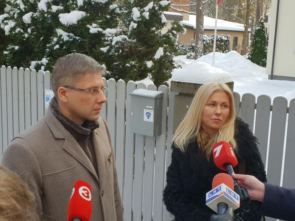 Нил Ушаков у своего дома в Риге после обыска