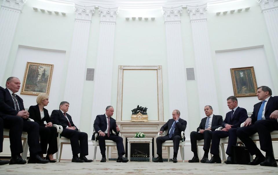 Российский президент Владимир Путин и его молдавский коллега Игорь Додон