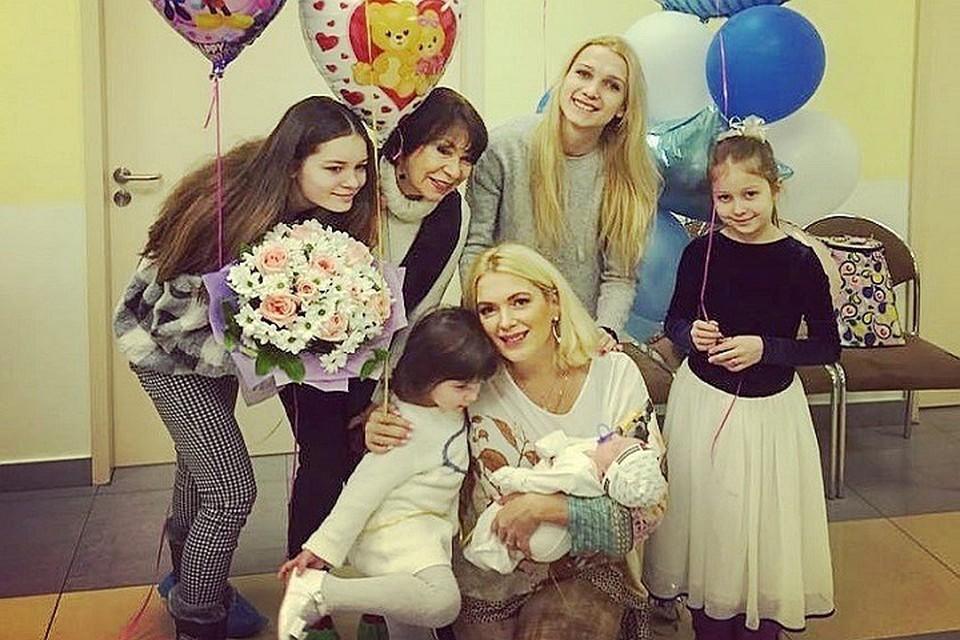 Мария Порошина с дочками, сыном и мамой на выписке в Перинатальном медицинском центре. Фото: Инстаграм.