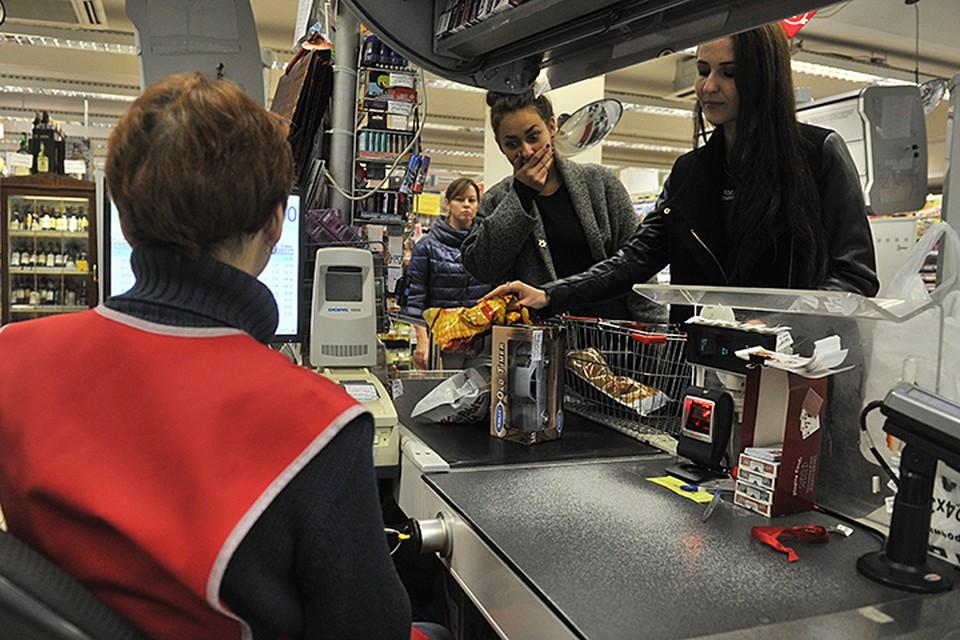 Чтобы снять наличные в магазине в нем обязательно нужно что-то купить банковской картой