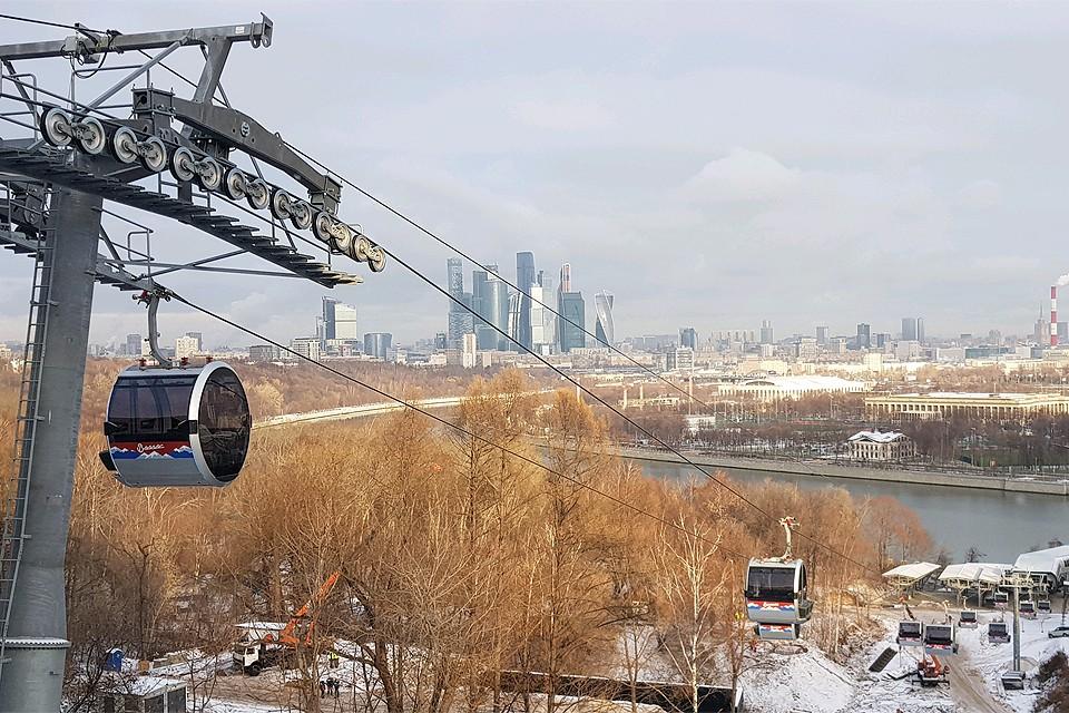 Канатная дорога, соединяющая Воробьевы горы и стадион `Лужники`.