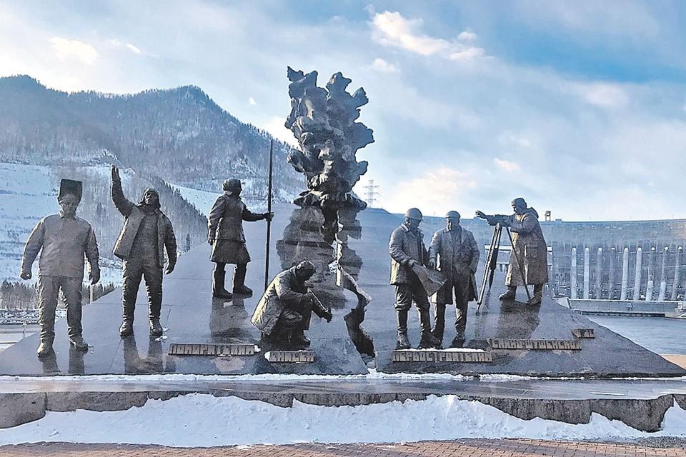 Памятник строителям Саяно-Шушенской ГЭС напоминает, что Хакасия не рядовой регион: здесь крупнейшая гидроэлектростанция страны, развитое производство алюминия и добыча угля.