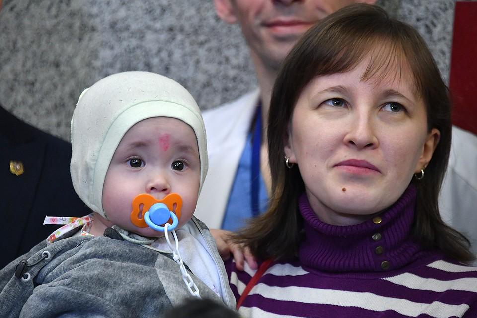 Ваня Фокин на руках своей мамы.