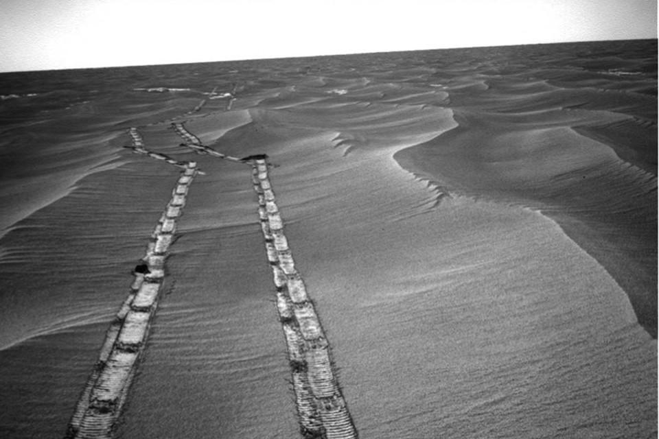 На пыльной тропинке далекой планеты остались его следы.