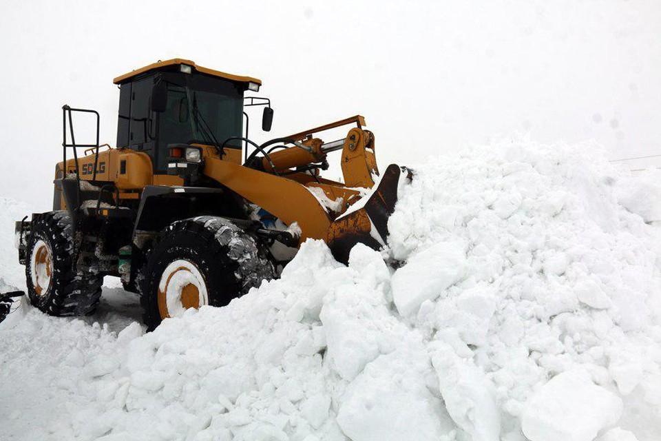 Дорожники и фермеры в Саратовской области продолжают борьбу со стихией