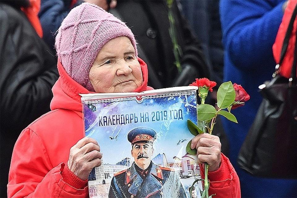 """Участница акции """"Две гвоздики для товарища Сталина"""" на Красной площади."""