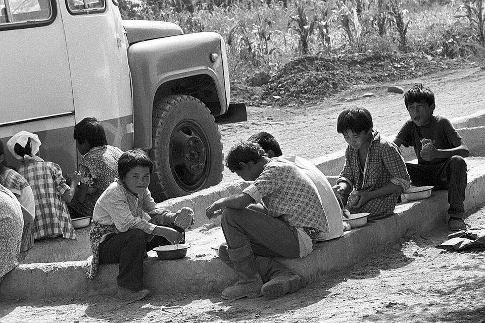 Киргизская ССР, 1988 год. Ребята из школы-интерната, задействованные на сборе урожая хлопка, во время обеда. Фото М.Аширбаева /Фотохроника ТАСС/