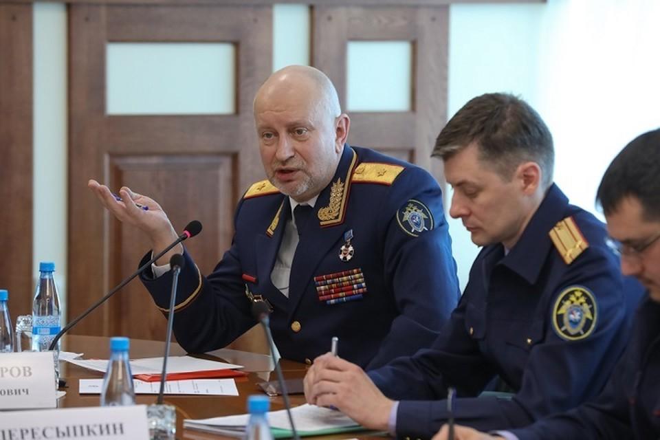 Старший помощник председателя СК РФ Игорь Комиссаров (слева) на совещании во Владивостоке. Фото: sledcom.ru