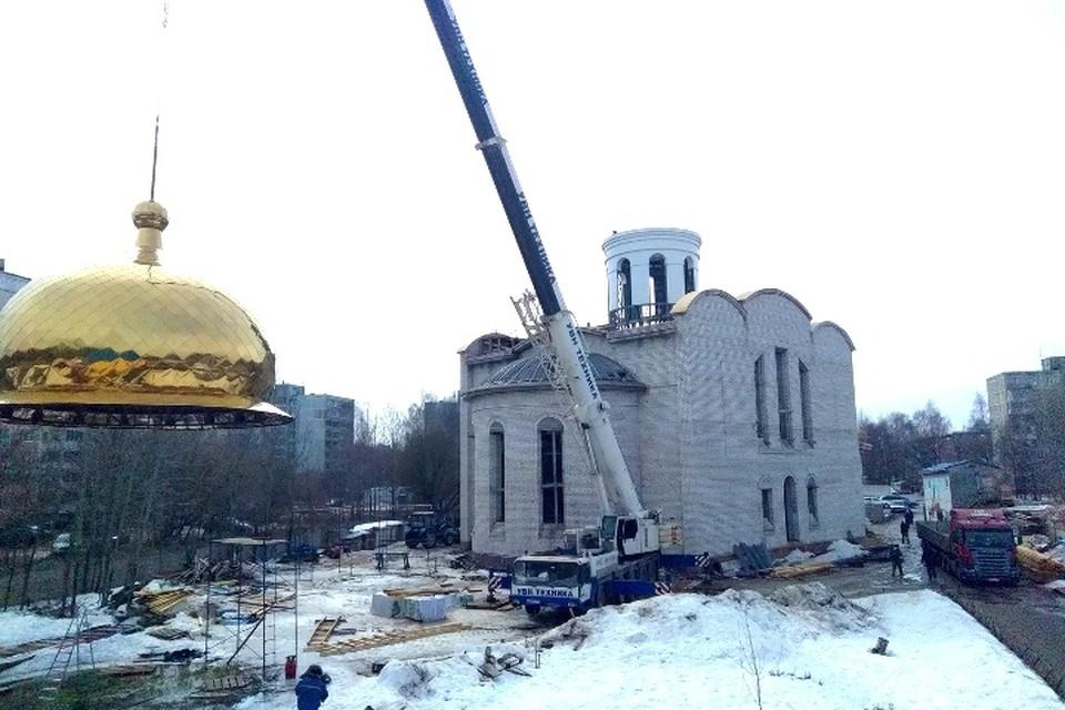 На храм водружают купол. Фото: Вадим Попов