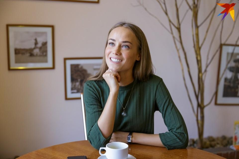 Образ дерзкой красавицы развеялся, когда в кафе, где мы условились встретиться, пришла хрупкая улыбчивая девушка с нежным овалом лица