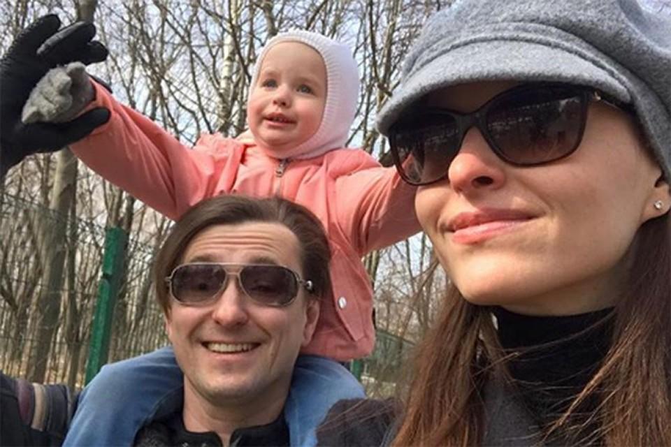 Сергей Безруков и Анна Матисон на прогулке с детьми