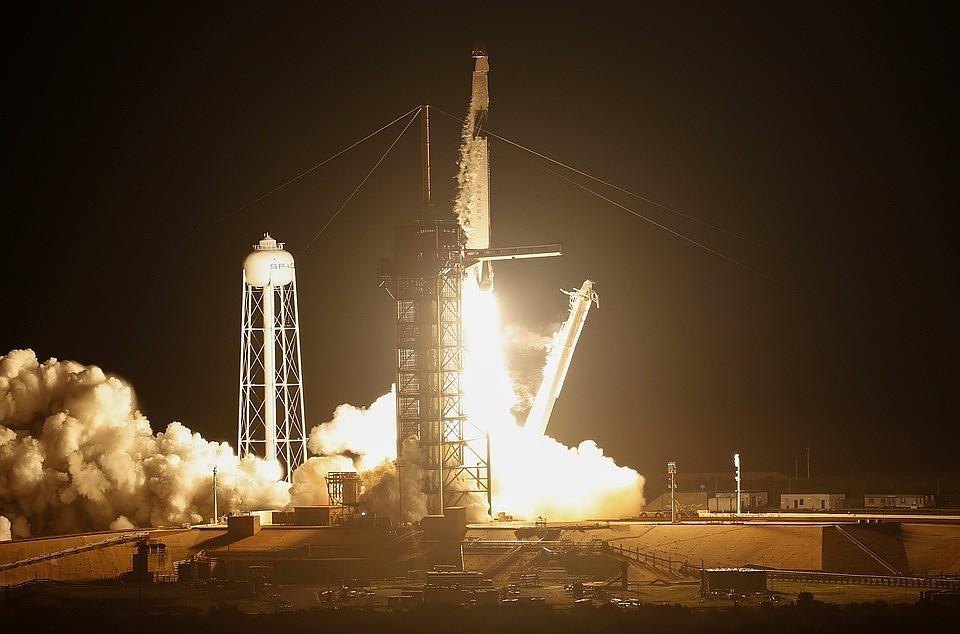 Компания SpaceX перенесла первый коммерческий запуск сверхтяжелой ракеты Falcon Heavy