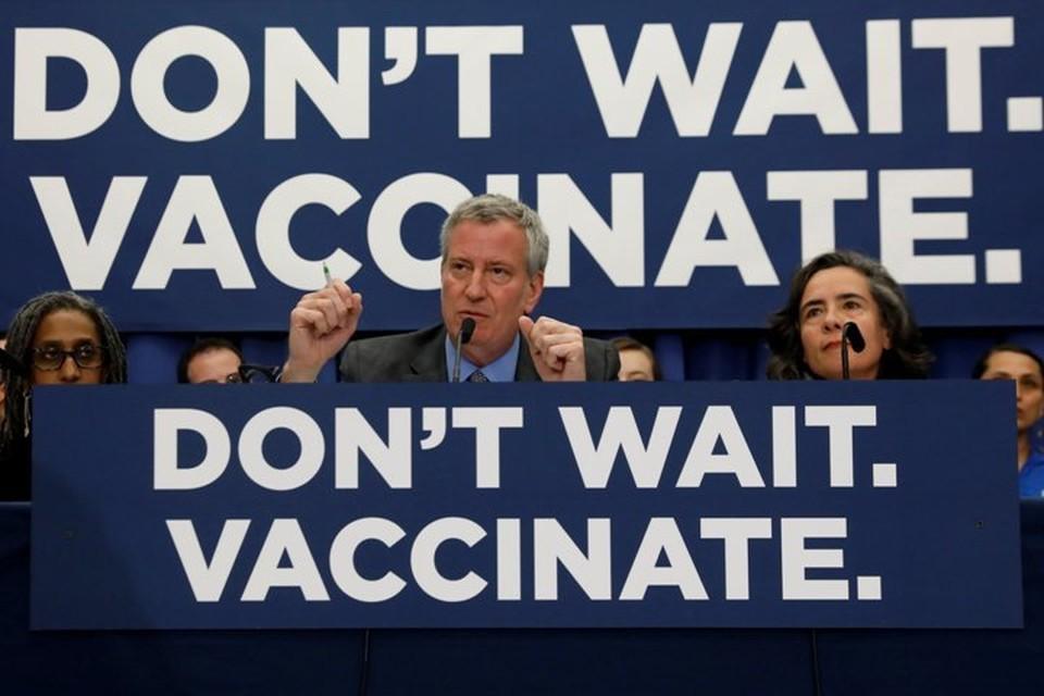 Мэр Нью-Йорка Билл де Блазио выступает на пресс-конференции, посвященной вспышке кори в Бруклине