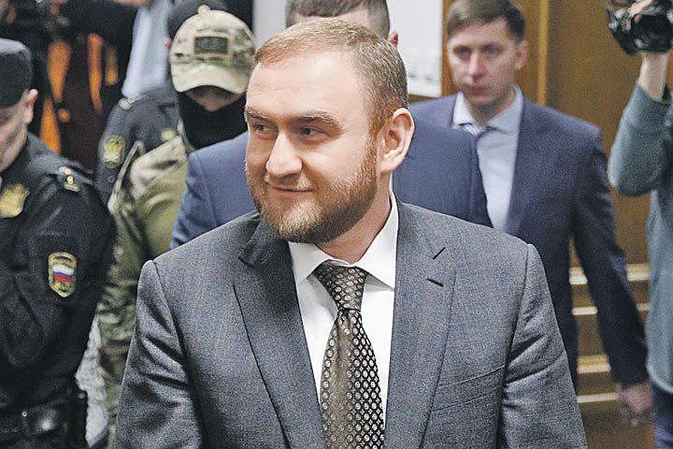 Рауф Арашуков под конвоем. Фото: Сергей Бобылев/ТАСС