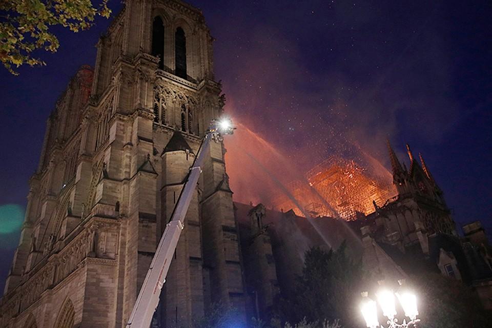 В пожаре погибла крыша собора, созданная между 1220 и 1240 годами