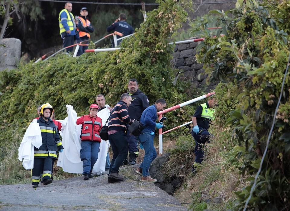 Медики и спасатели на месте ДТП с туристическим автобусом на Мадейре