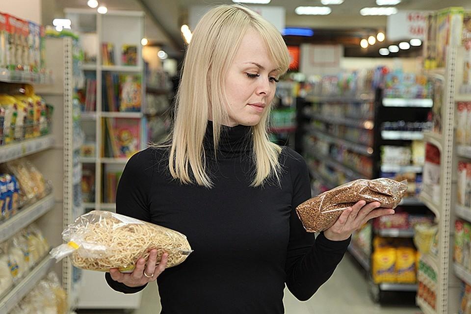 Число тех, кто с целью экономии покупает продукты по акциям, выросло до рекордных 64%