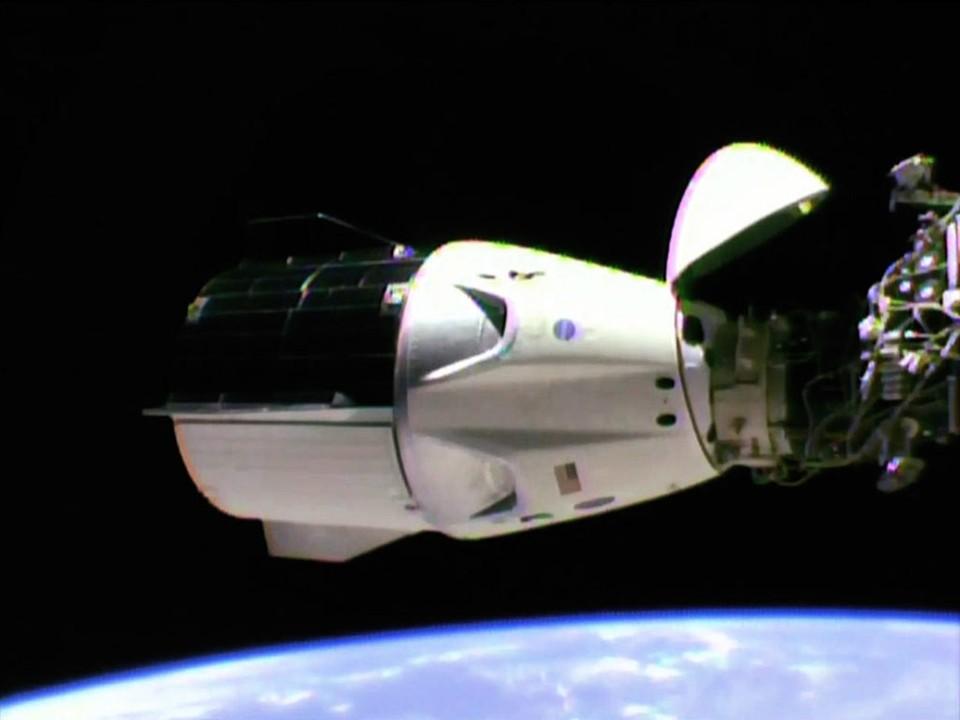 Корабль SpaceX Crew Dragon пристыкован к МКС