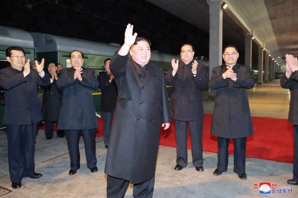 Северокорейский лидер Ким Чен Ын прощается с провожающими, прежде чем сесть в свой бронированный поезд